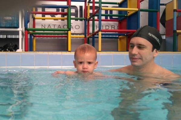 Breno comemora que a natação aproximou o filho Gael dele e da esposa  (Arquivo Pessoal/Divulgação)