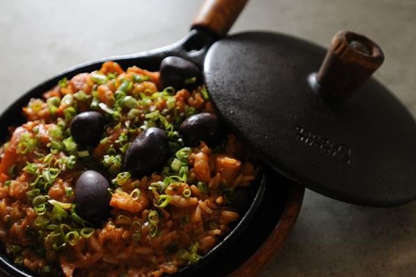 O arroz de polvo é feito com lulas, camarões, azeitona e, claro, muito polvo  (Bárbara Cabral/Esp. CB/D.A Press)