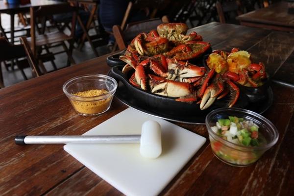 Para comer a caranguejada, nada de frescura, é preciso colocar a mão na massa (Arthur Menescal/Esp. CB/D.A Press)