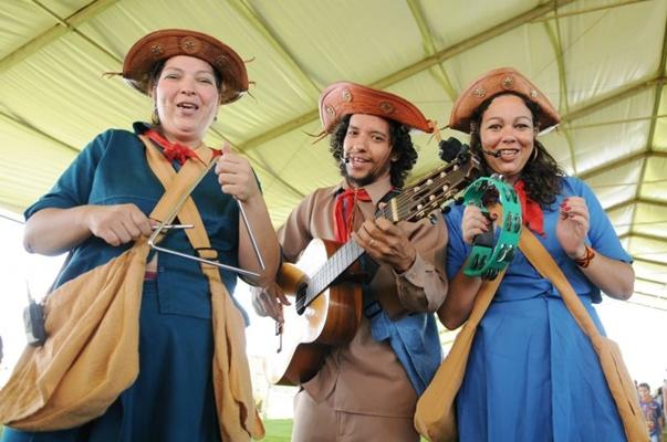Três amigos viajam para mostrar às crianças a cultura nordestina (Telmo Ximenes/Divulgação)