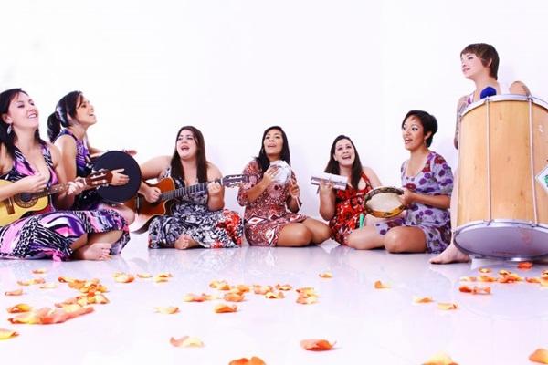 Grupo busca revisitar clássicos do samba (Larissa Gonçalves/Divulgação)
