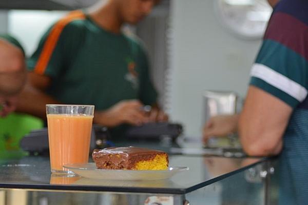Os salgados são feitos no Vitamina Central diariamente de forma artesanal.  (Ana Carneiro/Esp. CB/D.A Press)