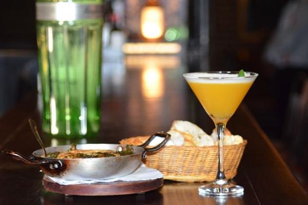 O drinque do Balcony leva maracujá, clara, manjericão e cachaça  (Ana Carneiro/Esp. CB/D.A Press)