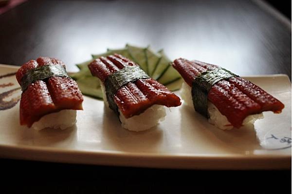 O sushi feito de enguia é uma das opções inusitadas servidas no balcão do Nippon. (Ana Rayssa/Esp. CB/D.A Press)