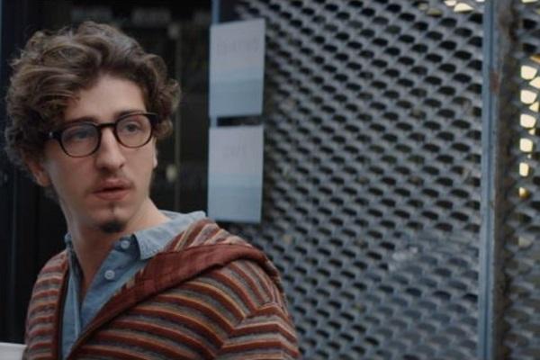 O filme de estreia de Pedro Coutinho gira em torno do personagem de Johnny Massaro, ator em ascensão no cinema e na televisão. (Pagu Pictures e Bretz Filmes/Divulgação)