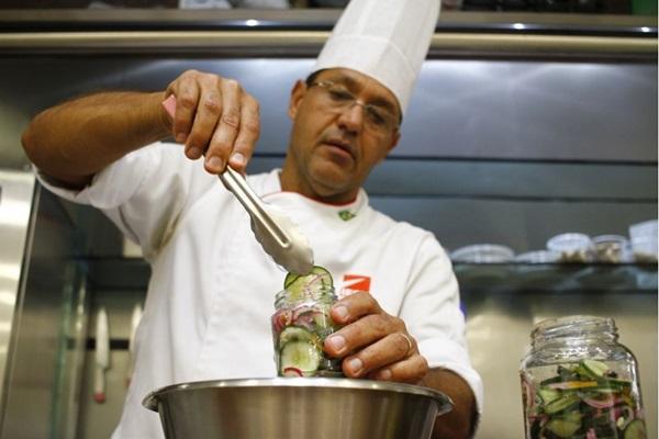 Jorge Costa investe nas conservas como forma de preservar os alimentos por mais tempo  (Ana Rayssa/Esp. CB/D.A Press)