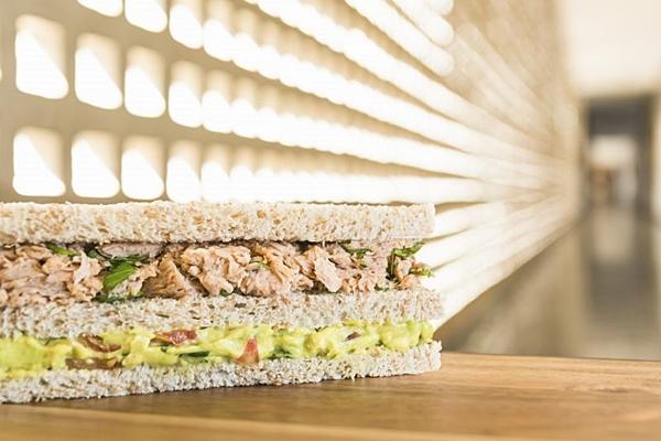 O sanduíche de atum com guacamole é servido frio  (Felipe Bastos/Divulgação)