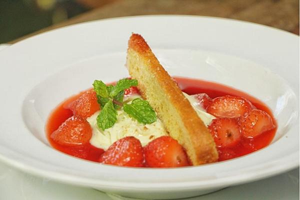 'É uma sobremesa que serve duas pessoas, bem vendida na casa, tem uma ótima aceitação', conta o chef Divino Barbosa, sobre a sopa fria de morango. (Divulgação/Sante 13)