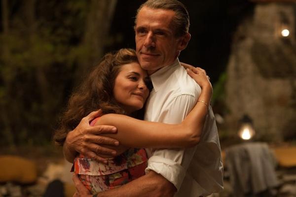 Simone e Jacques Costeau tentam superar a distância e dar sobrevida ao casamento em 'A odisseia'. (Reprodução/Internet)