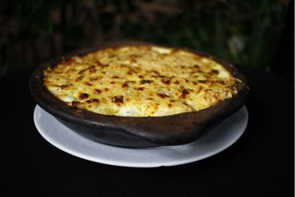 O bacalhau na nata é finalizado com queijo antes de ir ao forno  (Ana Rayssa/Esp. CB/D.A Press)