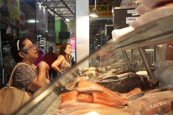 Nas peixarias espalhadas por Brasília, o cliente tem liberdade para escolher diversos tipos de peixes (Ed Alves/CB/D.A Press)