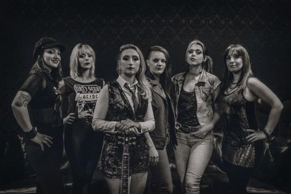 A TN She é uma banda cover do AC/DC e estarão na inauguração da Toinha Brasil Show (Facebook/Reprodução)