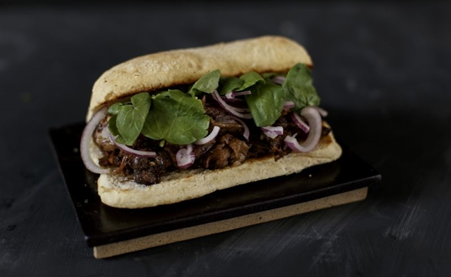 A rabada desfiada com agrião no pão ciabata entra no conceito de food porn do MUV Gastroestore (Arquivo Pessoal/Divulgação)