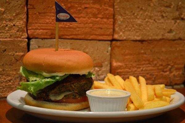 Em um formato inusitado, a lentilha vem como hambúrguer no Cumarim Burger e Grill (Ana Carneiro/Esp. CB/D.A Press)