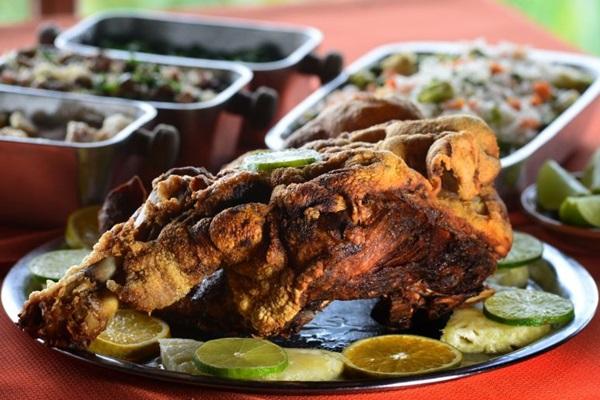 O leitão à pururuca é o prato mais tradicional do restaurante Trem da Serra (Ed Alves/CB/D.A Press)