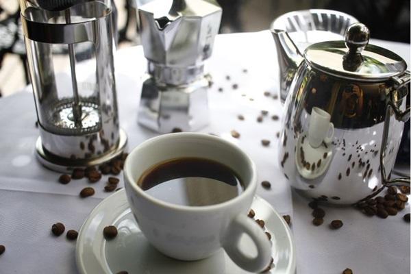 Francisca Marques explica que a forma da infusão do café influencia no sabor da bebida (Ana Rayssa/Esp. CB/D.A Press)