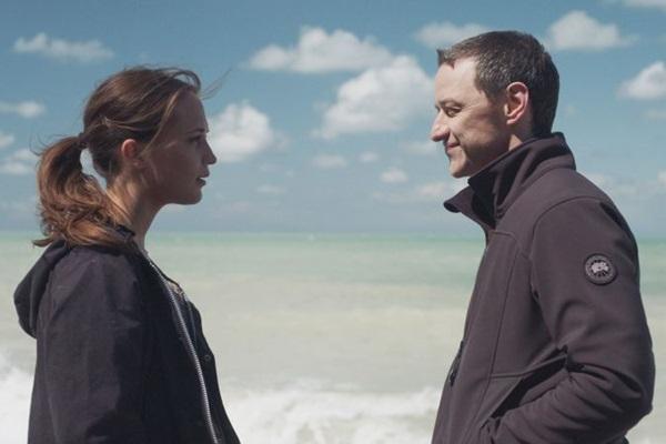 Atuações regulares de Alicia Vikander e James McAvoy renderam elogios a 'Submersão' (Reprodução/Internet)