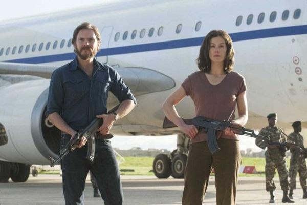 Daniel Brühl e Rosamund Pike estrelam 7 dias em Entebbe, do brasileiro José Padilha (Reprodução/Internet)