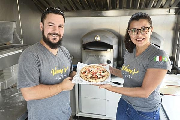 No Vinny%u2019s, a massa da pizza é aberta na hora e, na sequência, o cliente determina a cobertura da redonda (Carlos Moura/CB/D.A Press)