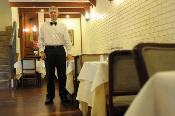 Eraldo José Bezerra é garçom desde 1991 no restaurante La Chaumière, na 408 sul (Barbara Cabral/Esp. CB/D.A Press)