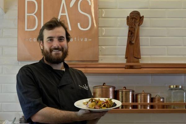 Gabriel Blas utiliza os cogumelos e legumes da estação no preparo vegetariano para família (Marcelo Ferreira/CB/D.A Press)