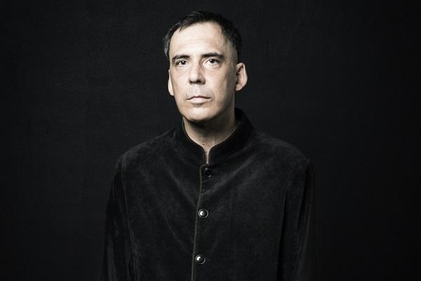 Arnaldo Antunes se sente à vontade em show na companhia de dois músicos (Daryan Dornelles/Divulgação)