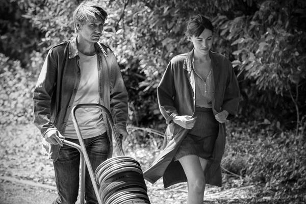 Apesar de ser rodado em preto e branco, o clima de À sombra de duas mulheres é quente (Reprodução/Internet)