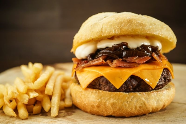 O hambúrguer Wakanda é um dos mais pedidos na Apache Hamburgueria