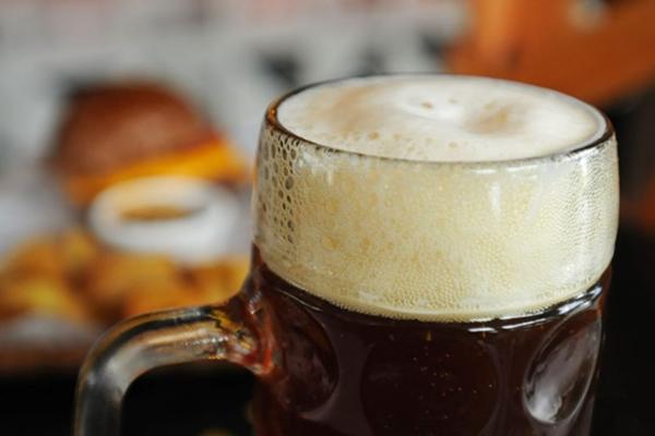 Stadt Bar & Music oferece a cerveja Indian Pale Ale num canecão (Barbara Cabral/Esp. CB/D.A Press)