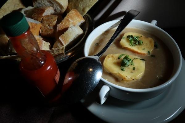 Sopa de cebola segue uma receita simples  (Luis Nova/Esp. CB/D.A Press)