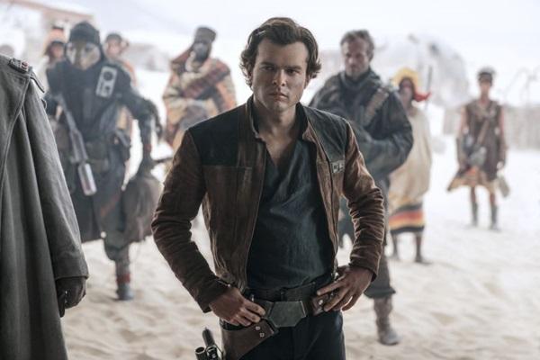 Alden Ehrenreich tem boa interpretação como Han Solo na produção (Jonathan Olley /divulgação)