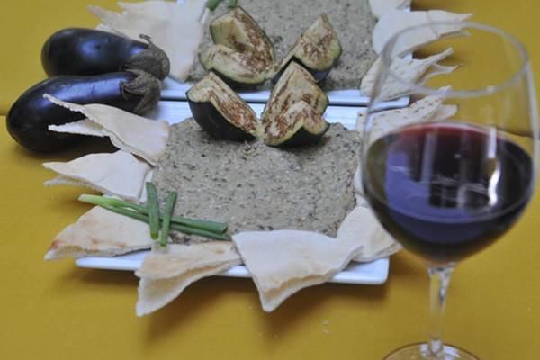 A berinjela é queimada, passa pelo choque térmico e depois é amassada com o garfo para fazer a babaganoush  (Minervino Junior/CB/D.A. Press.)