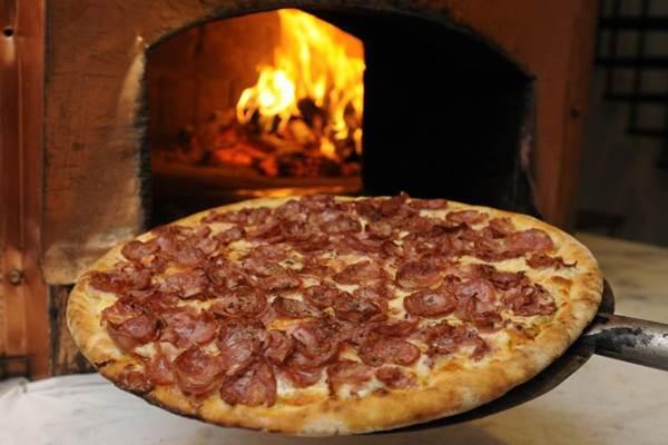 O forno a lenha agrega sabor defumado, além de assar melhor a pizza (Carlos Moura/CB/D.A Press)