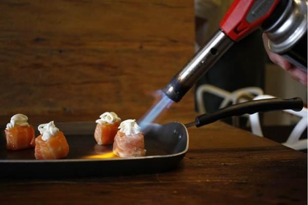 O fogo dá uma leve chamuscada no ebi jyo, dando gosto e texturas especiais ao prato (Ana Rayssa/Esp. CB/D.A Press)