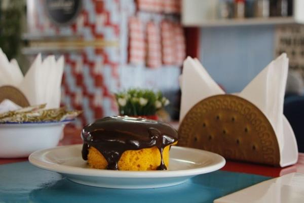 A cobertura de chocolate é ponto forte do bolo de cenoura servido no Cobogó Mercado de Objetos (Ana Carneiro/Esp. CB/D.A Press)