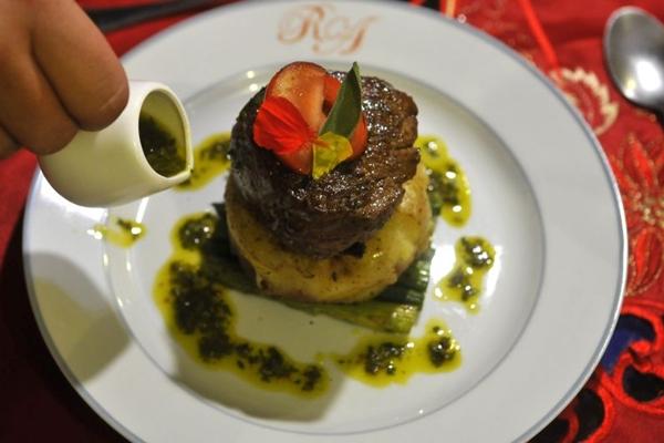 Medalhão com torre de batatas rústicas e aspargo leva molho chimichurri (Minervino Junior/CB/D.A Press)