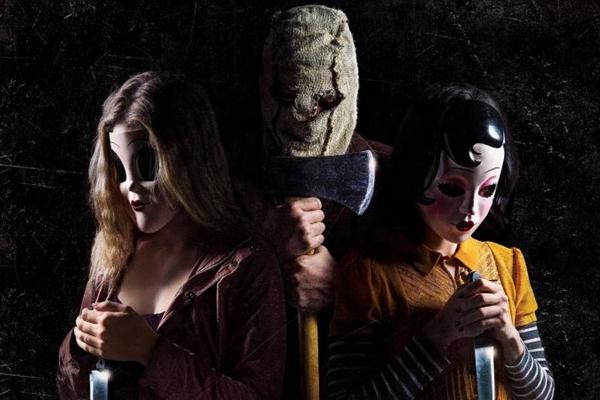 Jovens mascarados aterrorizam uma família em Os estranhos: Caçada noturna  (Reprodução/Internet)
