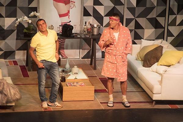 Henrique e Roberto fingem ser um casal para não perder a herança de uma tia (Arquivo pessoal/Divulgação)