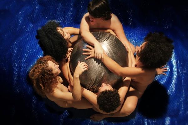 A partir do corpo, espetáculo Jardim das delícias discute questões contemporâneas (Natasha Albuquerque/Divulgação)