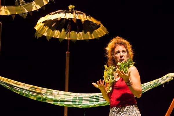 'Sementes' mostra uma mulher que carrega os sonhos numa mala (Debora Amorim/Divulgação)