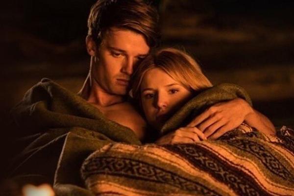 A química entre Bella Thorne e Patrick Schwarzenegger em 'Sol da meia-noite' chamou a atenção da crítica internacional ( Reprodução/Internet)