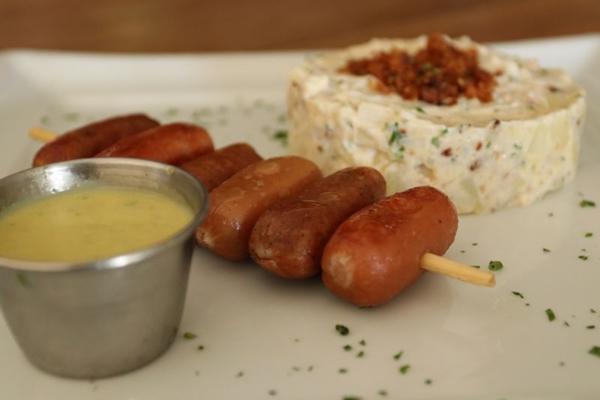 Representando a Alemanha, o espetinho de salsichas é um dos petiscos servidos no Carpe Diem (Arthur Menescal/Esp. CB/D.A Press)