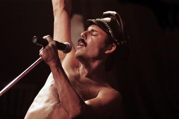 O argentino Pablo Padín é o responsável por dar vida a Freddie Mercury no tributo: A semelhança impressiona (Sarah Brown/Divulgação)