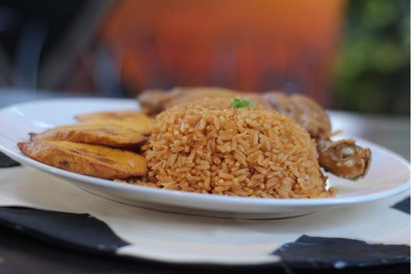O arroz jollof do restaurante Simbaz, é um prato típico da Nigéria, pais que participa da Copa do Mundo de 2018, na Rússia. (Bárbara Cabral/Esp. CB/D.A Press.)