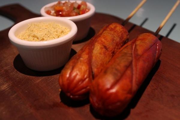 O espetinho de salsichão é um dos mais procurados no mês de junho  (Arthur Menescal/Esp.CB/D.A. Press)