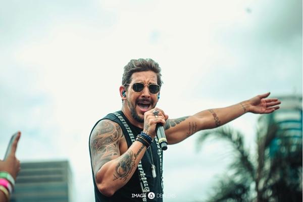 Felipe Pezzoni, da Banda Eva, se apresenta na estreia do evento ( Image Dealers/Divulgação)
