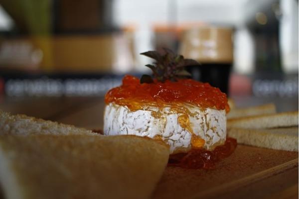 O queijo Brie com geleia de pimenta da Taverna Cervejas Especiais harmoniza bem com a cerveja Fiapo (Ana Rayssa/Esp. CB/D.A. Press)