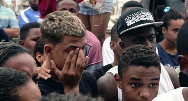 'Auto de resistência', em cartaz nos cinemas, mostra a dor da perda de famílias vítimas de policiais militares no Rio (Youtube/Divulgação)