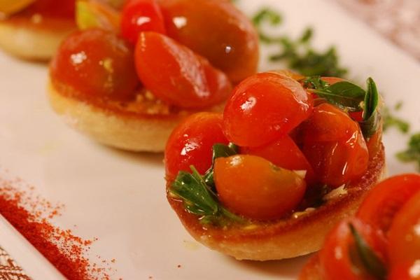 Pão ciabatta tostado e tomate-cereja do Dona Lenha (Vinícius Goulart/Divulgação)