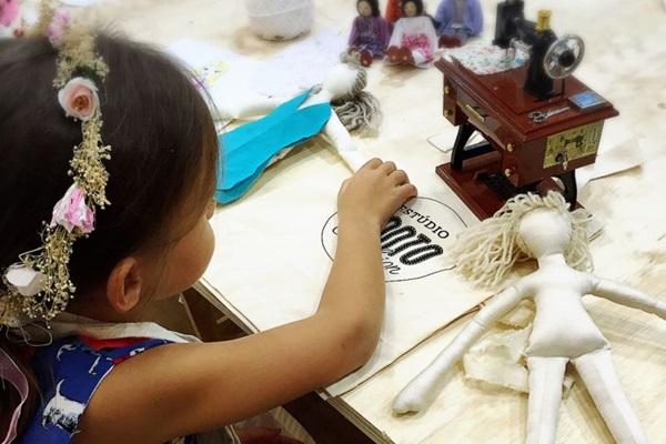 Os participantes do Studio Ponto Fashion têm a oportunidade de aprender os processos da produção de uma coleção de moda (Marina Braz/Divulgação)